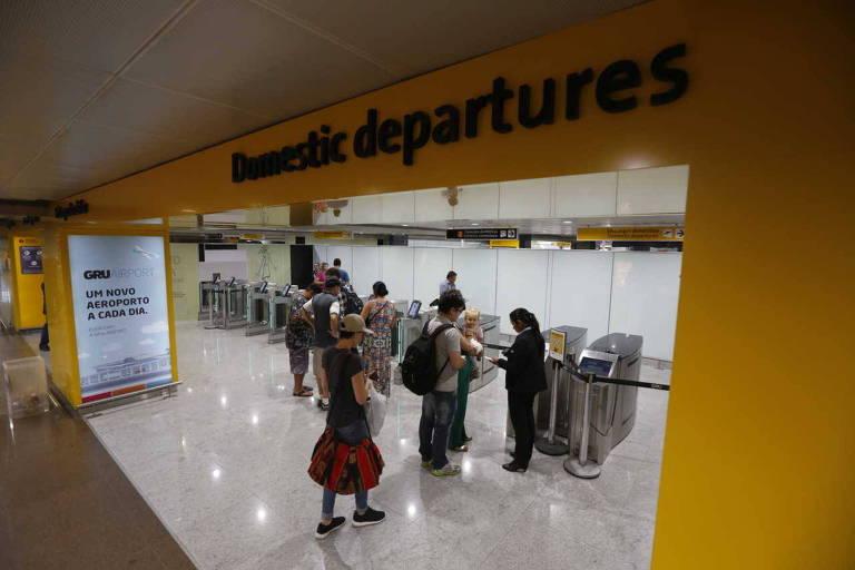 Passageiros no embarque doméstico do aeroporto de Guarulhos