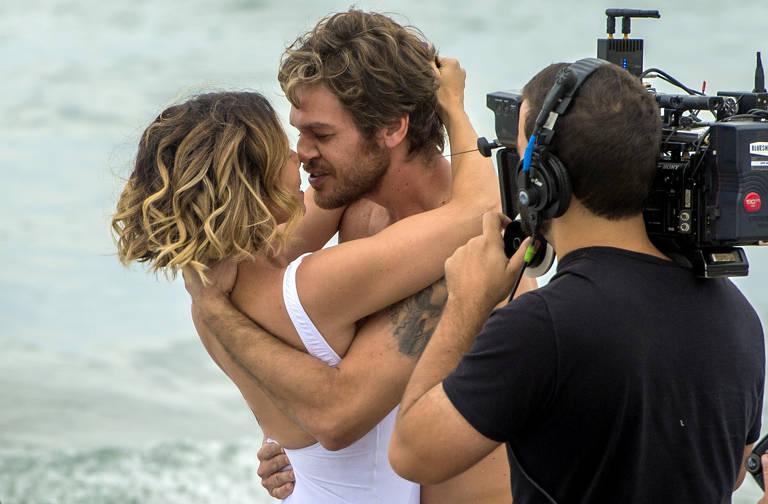 Luzia e Beto se reencontram na praia após 18 anos