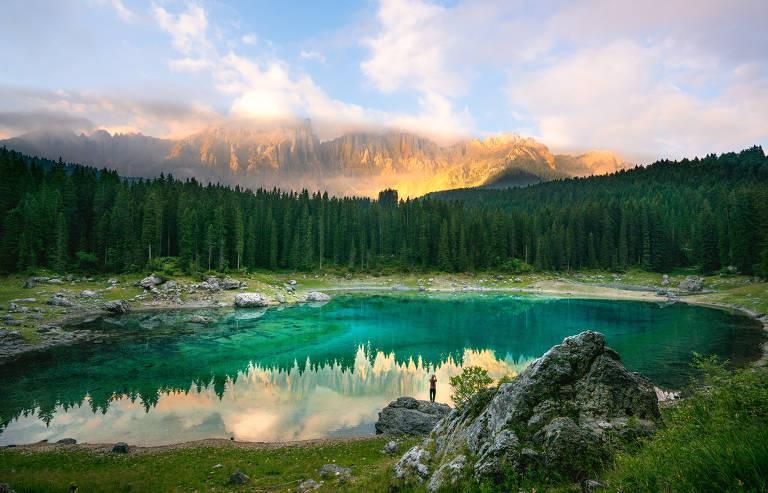 Lago Carezza, localizado na região das montanhas Dolomitas, no norte da Itália