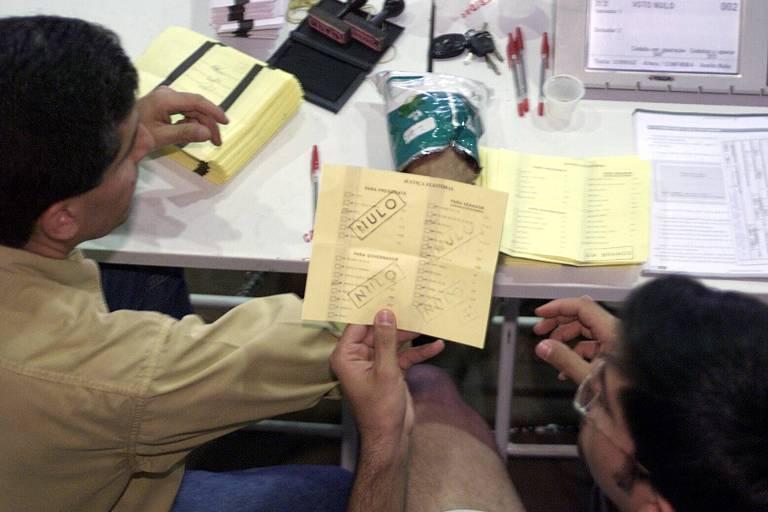 Apuração dos votos em cédulas na eleição de 2002, em Brasília