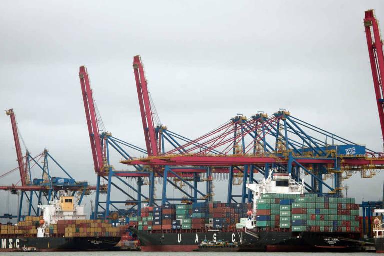 Movimentação em um dos terminais do porto de Santos (SP)