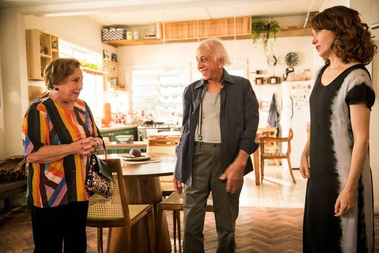 Gabriela (Camila Morgado) recebe visita tensa dos pais