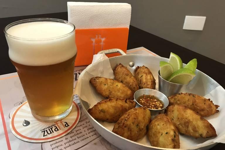 Porção de bolinhos de bacalhau e cerveja da Zuraffa, cervejaria em Pinheiros