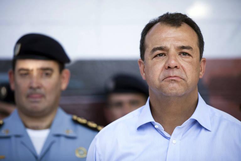 Sérgio Cabral ao lado de policial