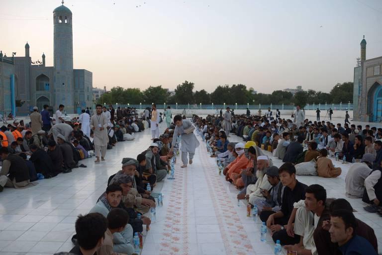 Muçulmanos aguardam em Mazar-i-Sharif, no Afeganistão, o pôr do sol para por fim ao jejum diário do Ramadã
