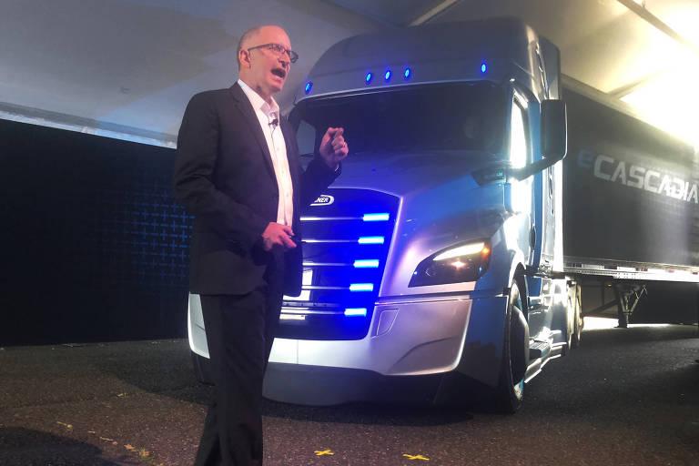Roger Nielsen, O CEO da Daimler Caminhões na América do Norte e o eCascadia, caminhão elétrico que a empresa vai lançar
