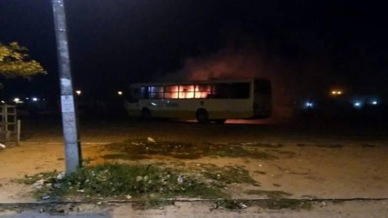 Ônibus é incendiado no terminal do bairro Alto da Torre, em Natal, na noite desta quarta
