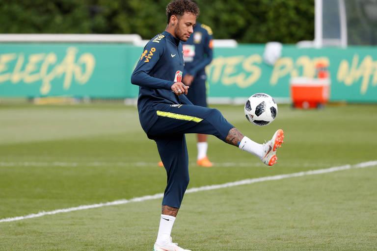 Atacante Neymar participa de treinamento da seleção brasileira no CT do Tottenham, em Londres