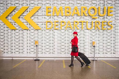 SÃO PAULO, SP, 03.03.2016: AVIAÇÃO-COMISSÁRIA - Retrato da comissária de bordo Liliane Ayoama no saguão do aeroporto de Guarulhos (SP). (Foto: Marcus Leoni/Folhapress)