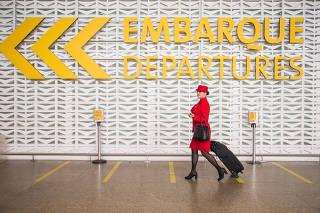 Retrato da comissária Liliane Ayoama no aeroporto de Guarulhos/SP