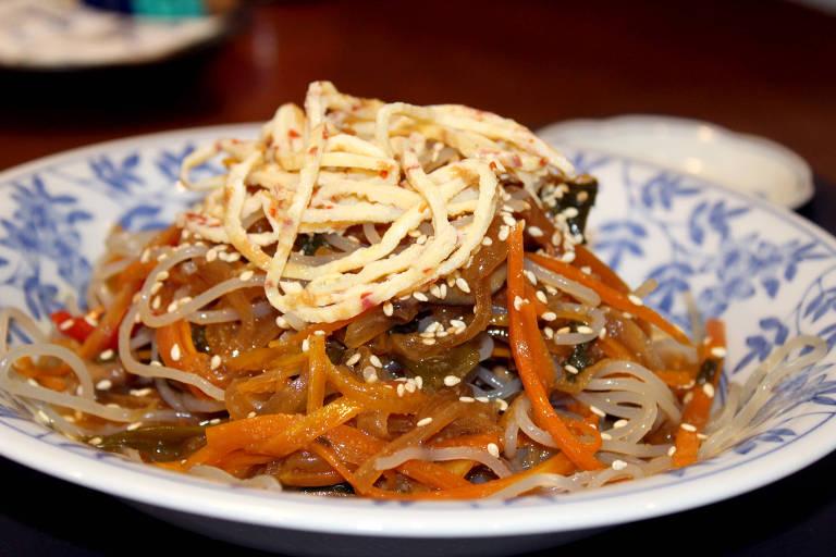Japchae, tipo de macarrão coreano feito de batata-doce e legumes, servido no Kyokuto