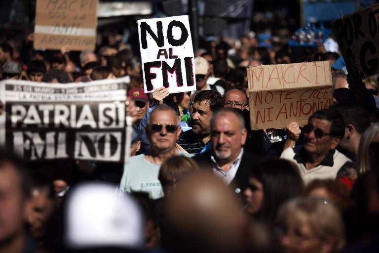 """Multidão carrega cartazes em que se lê """"não ao FMI"""" em espanhol"""