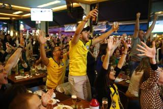 Torcedores acompanham a final na Vila Madalena