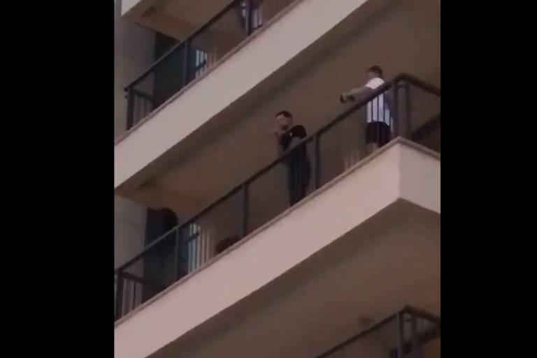Liam Payne canta para fãs na sacada de hotel
