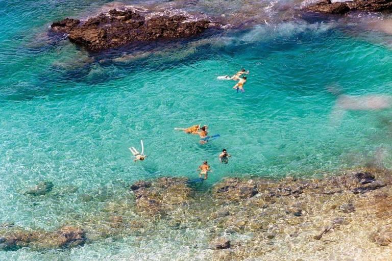 Banhistas mergulham na Baía do Sancho, em Fernando de Noronha (PE)