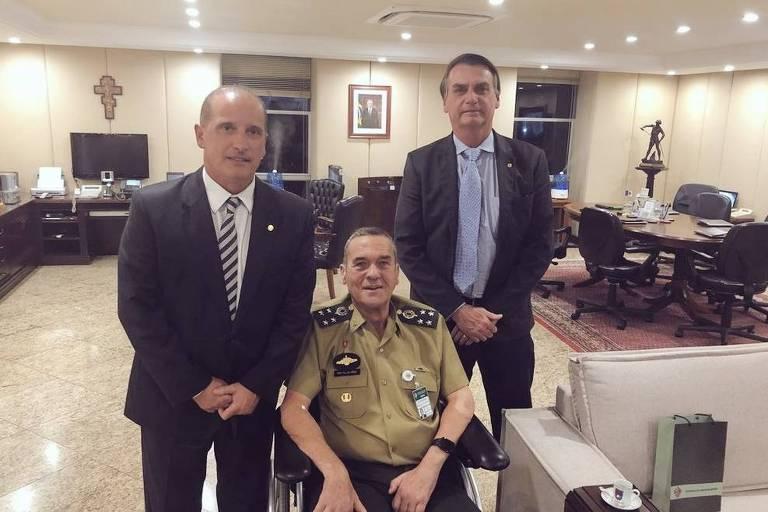 Deputado Onyx Lorenzoni posa para foto com Villas Bôas e Bolsonaro, nesta terça (5)