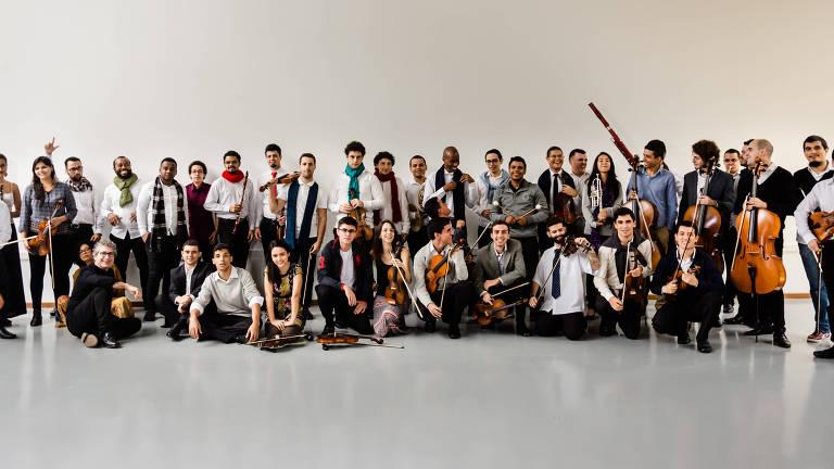 Integrantes da Orquestra de Câmara da USP posam para foto