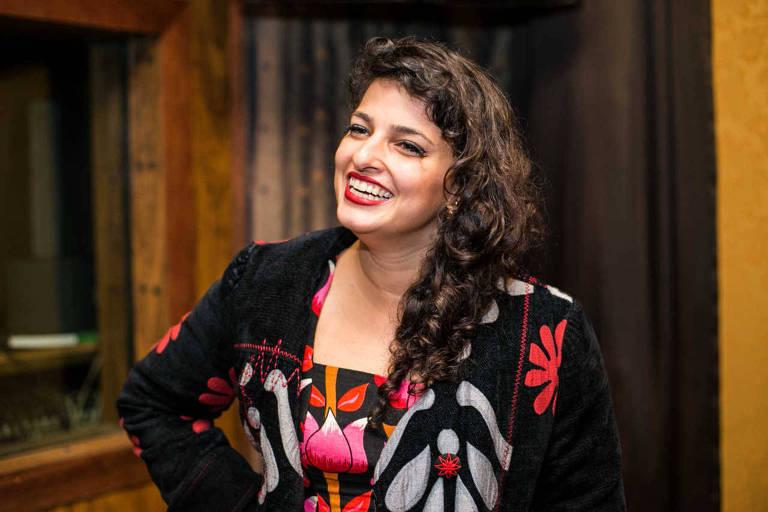 A cantora Lívia Mattos posa para fotos
