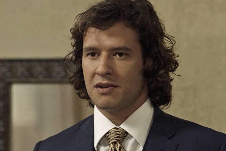 Edmundo (Nando Rodrigues) abre seu coração para Ema (Agatha Moreira), mas não revela nome de sua amada