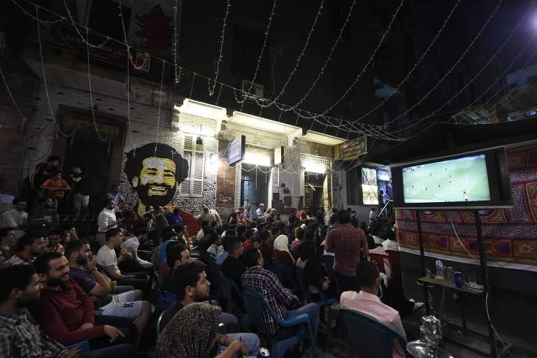 Egípcios assistem ao jogo entre Real Madrid e Liverpool, pela final da Liga dos Campeões da Europa, em Cairo