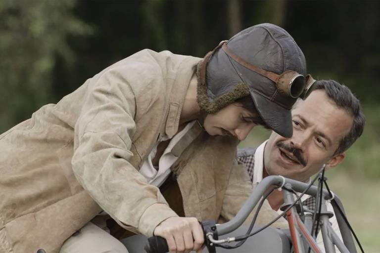 Brandão (Malvino Salvador) mostra para Mário (Chandelly Braz) como se equilibrar em cima da moto