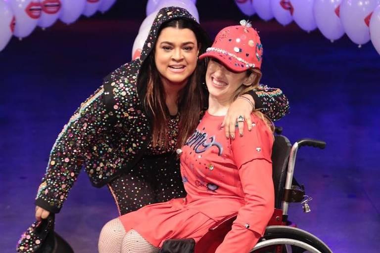 Preta Gil com modelo cadeirante em desfile inclusivo em São Paulo