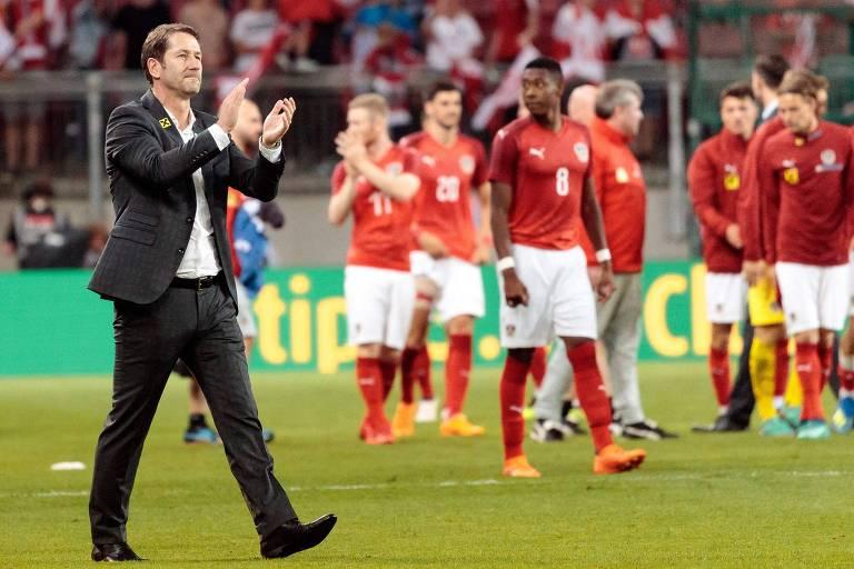 O técnico Franco Foda aplaude seus jogadores após a vitória da Áustria sobre a Alemanha no amistoso realizado no último dia 2