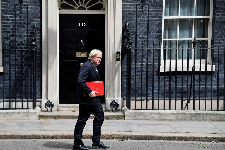 O secretário de Relações Exteriores do Reino Unido, Boris Johnson, passa em frente a residência oficial da primeira-ministra, Theresa May