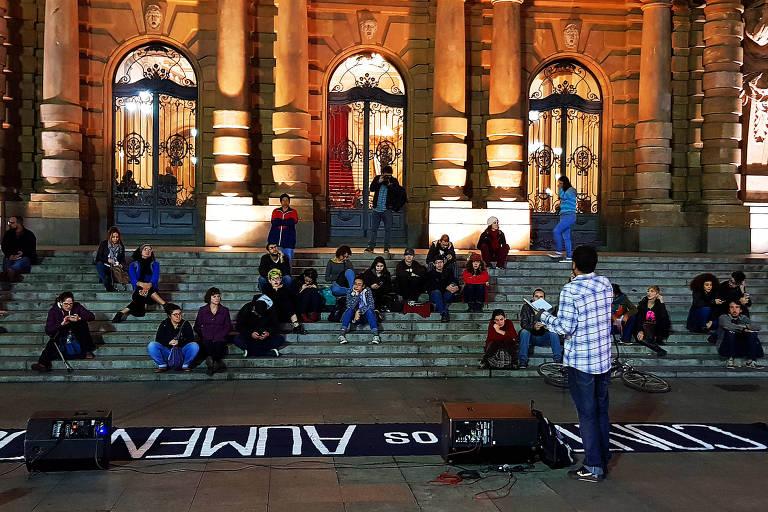Debate promovido pelo Movimento Passe Livre na quarta (6) nas escadarias do Theatro Municipal , centro de São Paulo