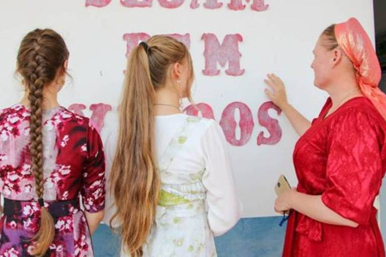 Tradição determina que solteiras utilizem tranças, apesar de algumas usarem o cabelo apenas preso; casadas devem usar um lenço