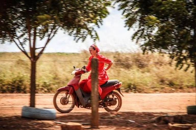 Mulheres da colônia aprendem a dirigir tratores e pilotar motos ainda na infância