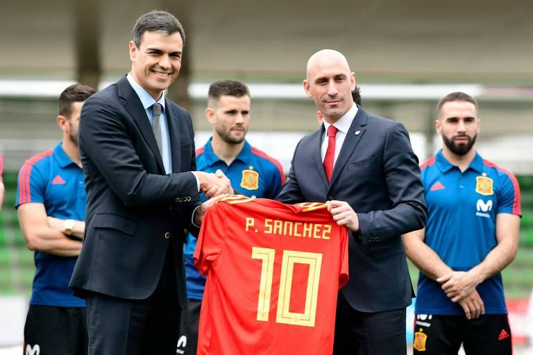 Primeiro-ministro da Espanha Pedro Sanchez (E) recebe uma camisa com seu nome do presidente da entidade máxima do país Luis Manuel Rubiales