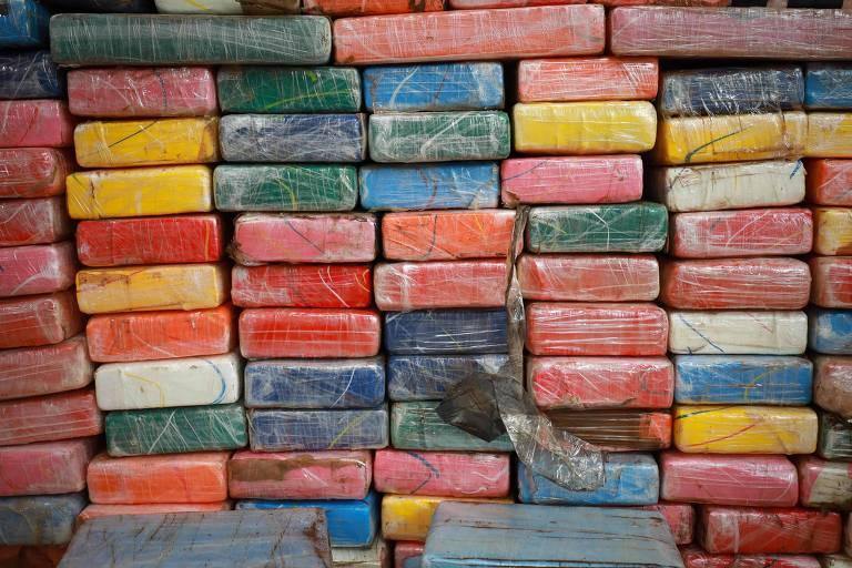 Vários pacotes de cocaína empilhados