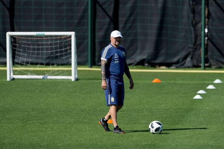 O treinador Jorge Sampaoli caminha no gramado durante o treinamento da Argentina desta sexta-feira, no CT do Barcelona