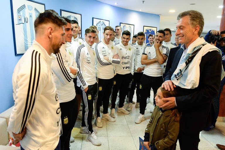 Presidente Mauricio Macri, junto da filha, visita a seleção argentina no centro de treinamento
