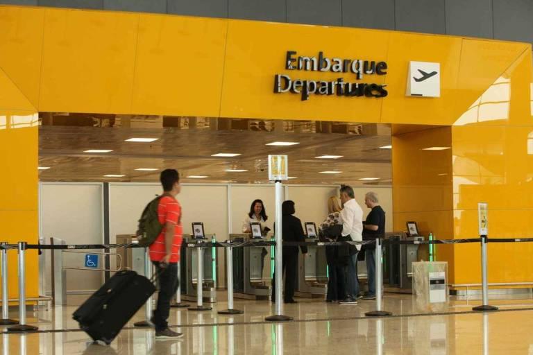 Embarque de passageiros no aeroporto de Guarulhos (SP)