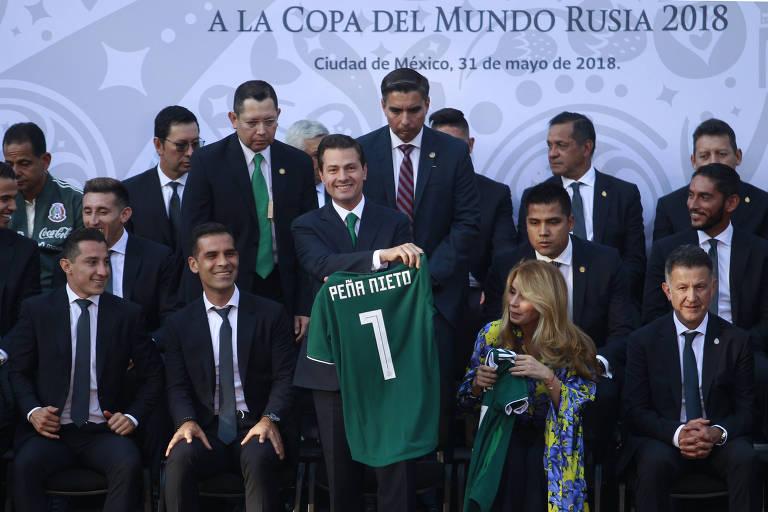 Presidente mexicano Enrique Peña Nieto segura camisa com seu nome após encontro com a seleção na Cidade do México