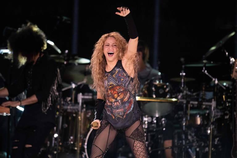 A cantora colombiana Shakira se apresenta no palco durante o