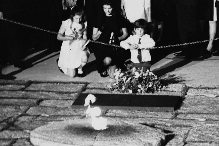 1968: Após cortejo fúnebre, Robert Kennedy é enterrado em Arlington