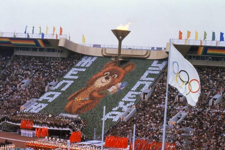 O ursinho Misha é mostrado ao mundo na cerimônia de abertura dos Jogos Olímpicos de Moscou em 1980