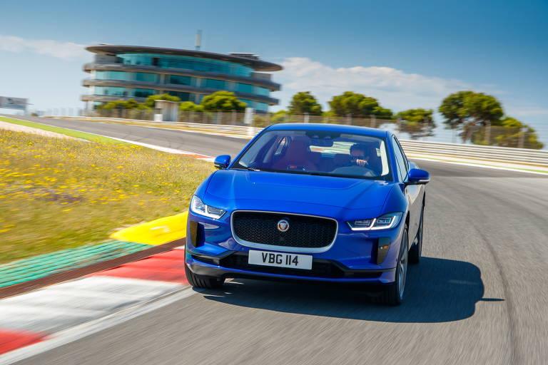 Visão frontal do utilitário elétrico Jaguar I-Pace na cor azul