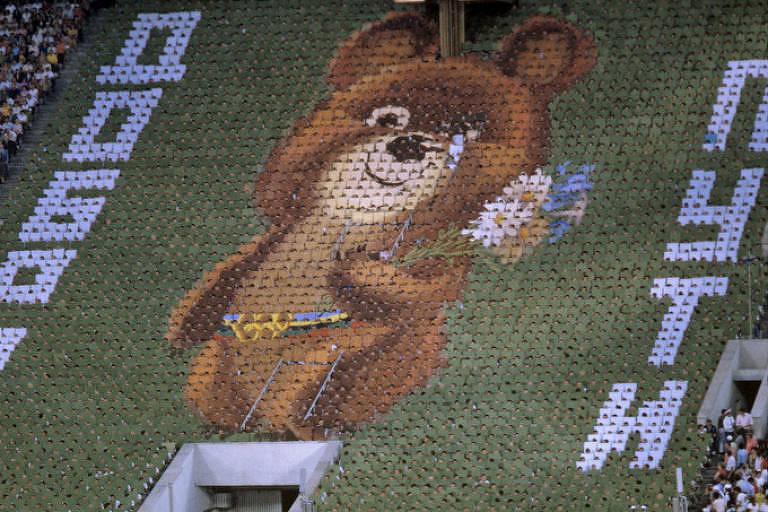 O ursinho Misha chora durante encerramento da Olimpíada de 1980, em Moscou