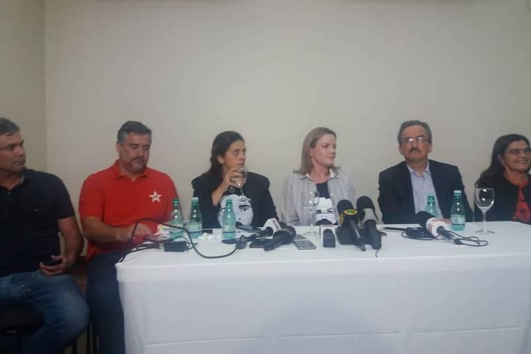 A senadora Gleisi Hoffmann, presidente do PT, junto com outras lideranças do partido no evento de lançamento da pré-candidatura do ex-presidente Lula à Presidência da República, em Contagem (MG)