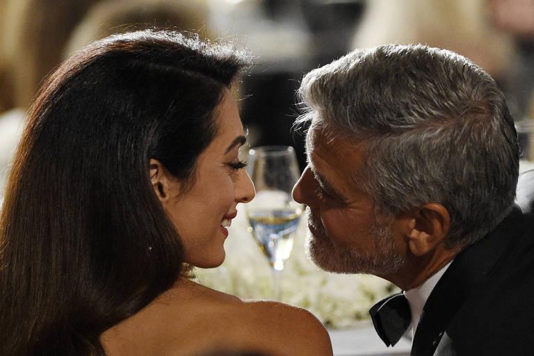 George Clooney com a mulher, Amal, durante cerimônia de homenagem ao ator em Hollywood