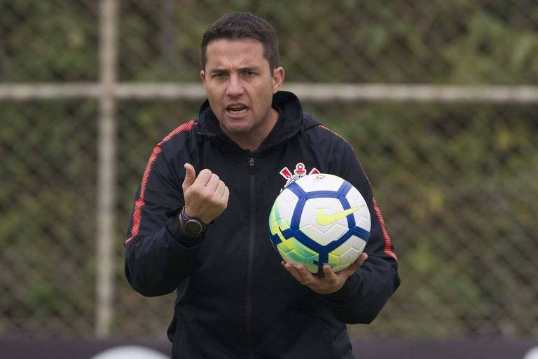 O técnico Osmar Loss, do Corinthians, durante o treino no CT Joaquim Grava, zona leste da cidade de SP
