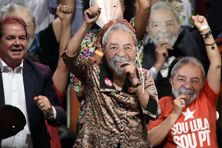 A ex-presidente Dilma Roussef com máscara do Lula em ato que lançou a pré-candidatura do ex-presidente ao Planalto, em Contagem (MG)