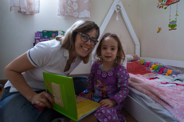 Camila lê para a filha, Letícia, de dois anos