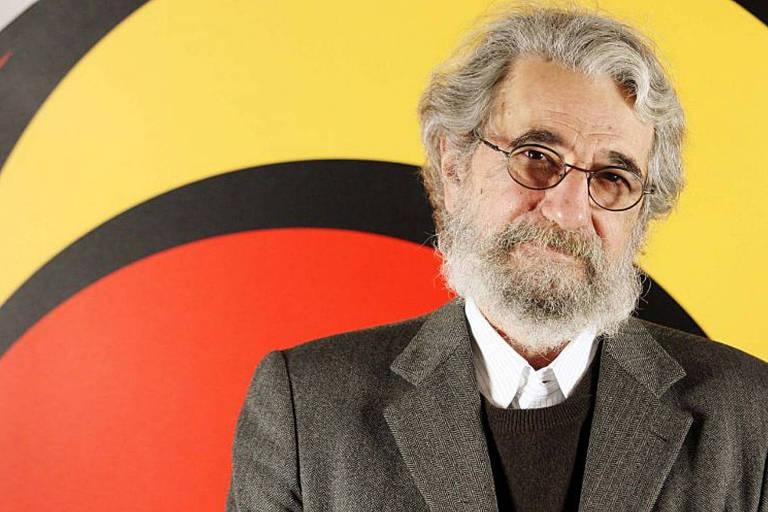 Claudio Weber Abramo, então diretor-executivo da ONG Transparência Brasil, em foto de 2012 . Ele tem cabelos e barba grisalhos. Veste um paletó marrom.