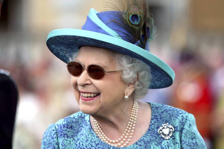 Rainha Elizabeth 2ª sorri durante festa no jardim do Palácio de Buckingham, em Londres, em maio passado