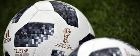 Official Worlc Cup football balls are seen on the pitch during the Russian national football team's training session in Novogorsk outside Moscow on June 8, 2018, ahead of the Russia 2018 World Cup.  / AFP PHOTO / Alexander NEMENOV